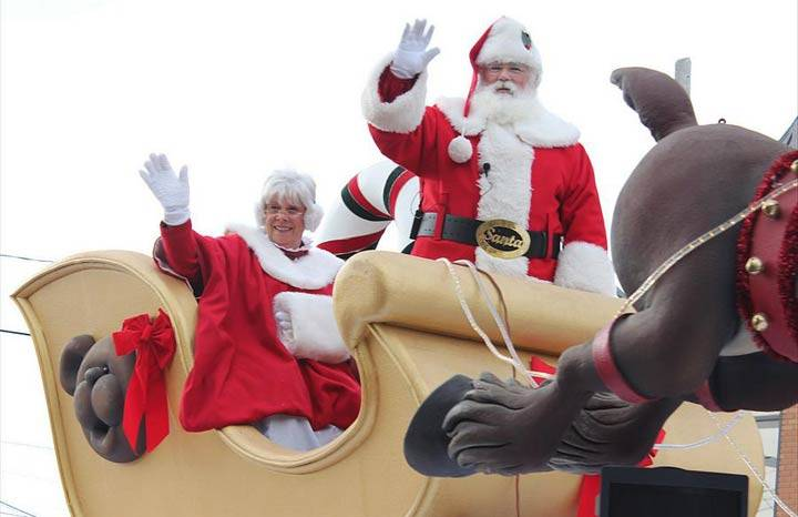 Mr. and Mrs. Claus waving to the crowd during the parade. Source: https://shawglobalnews.files.wordpress.com/2016/11/santa-parade.jpg?quality=70&strip=all